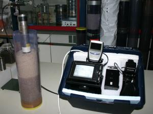 Vor-Ort-Mess- und Analytikeinheit während eines Labortests mit vorbereiteter Bodensäule