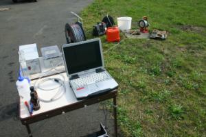 Fluorometer-Komponenten im Feld bestehend aus Laptop, Spannungsversorgung für Lampen und der Detektoreinheit (VEGAS)