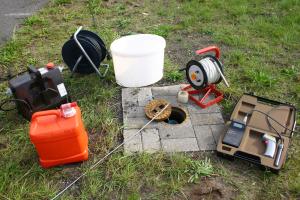 Beprobung einer Messstelle für die Gewinnung von Grundwasserproben und Einsatz des Fluorometers zur Messung der PAK-Belastung (VEGAS)