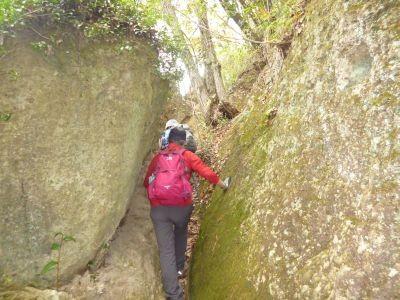 10:57 岩の隙間を潜り抜け