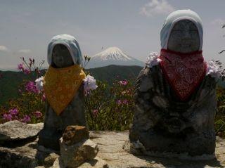 11:48 頂上のお地蔵さんから富士山が
