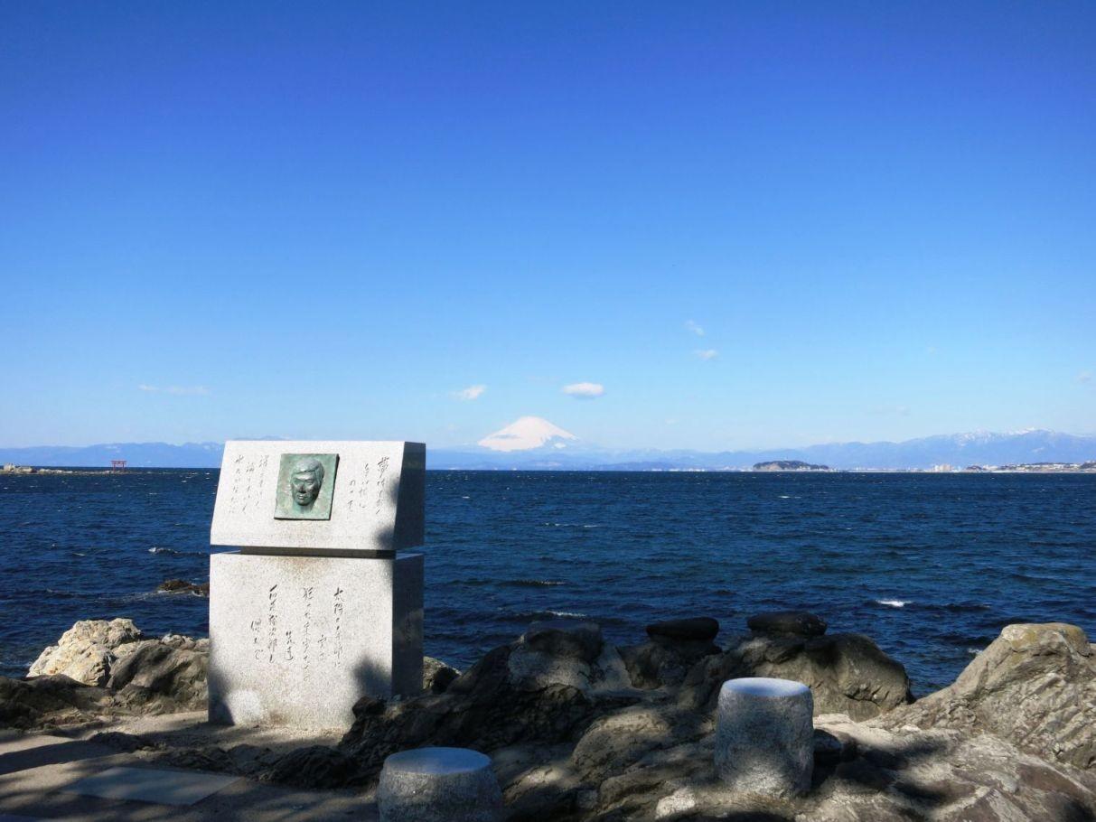 9:17 森戸神社付近の裕次郎記念碑