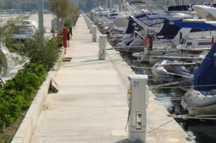 Torretas de suministro de luz y agua para puertos