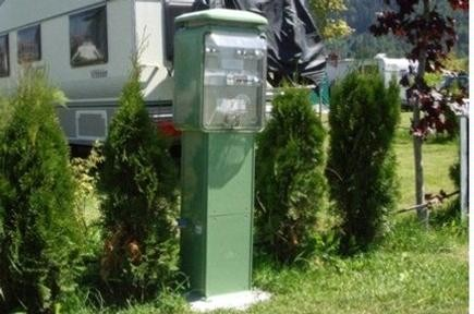 Torretas de suministro de luz y agua para campings