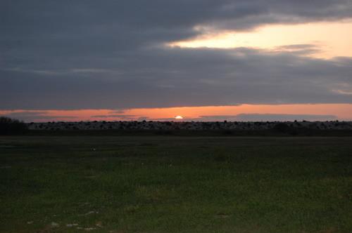 superbe coucher de soleil sur le club ( l'océan est derrière la butte )