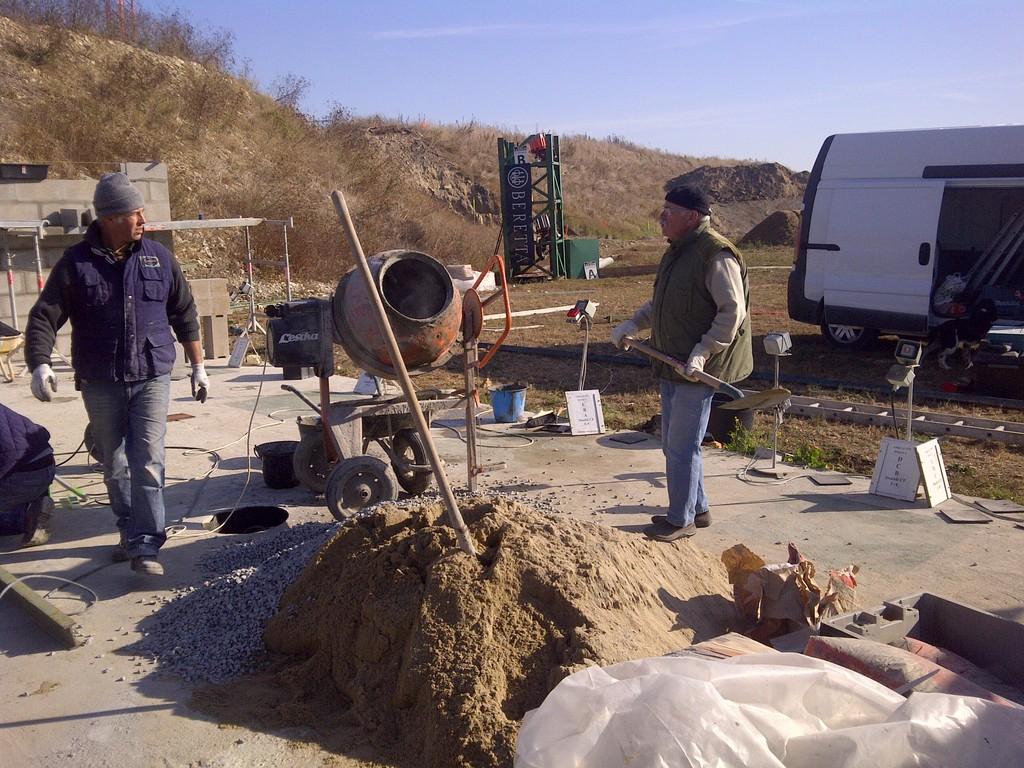 Octobre 2011, les travaux de couverture des pas de tire avancent, merci à tous les participants dont de nombreux bénévoles
