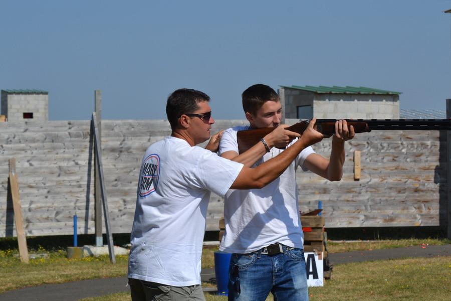 Frédéric donne quelques explications à un jeune tireurs débutant