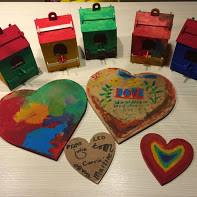 assortiment door kinderen beschilderde harten en huisjes