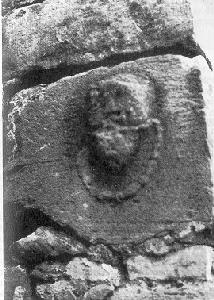 Kopf mit Halskette in einer Mauer in der Pfarrgasse Foto: Höhn