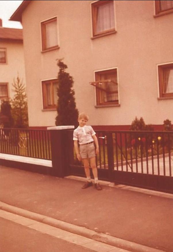 Als Kind 1971 vor dem Elternhaus in der Krokelstraße 27 in Krofdorf-Gleiberg