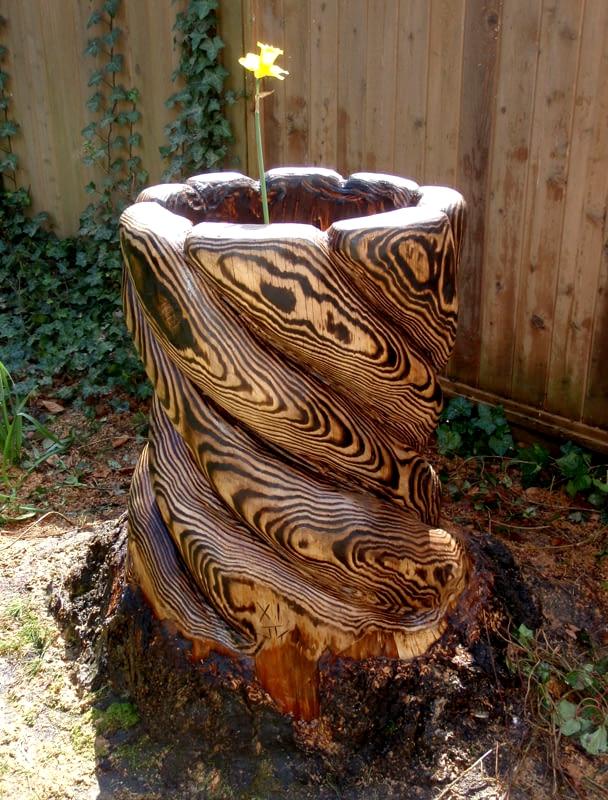 клумба резная из дерева,клумба из пня,клумба из бревна,садовая,деревяная