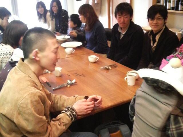 親子、学生、商店主のみなさんと朝食を囲んで対話を楽しんでいます。