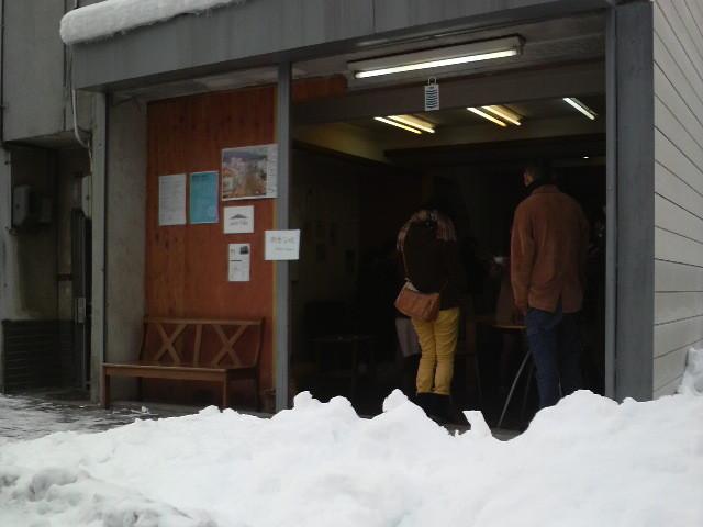 雪が融けずに残っていますが、今朝もシャッターを開けています。
