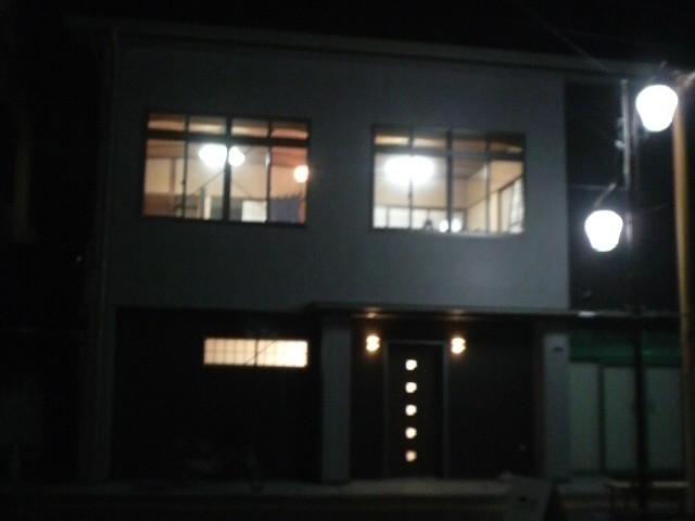 今夜は三河屋の2階に灯りがともっています