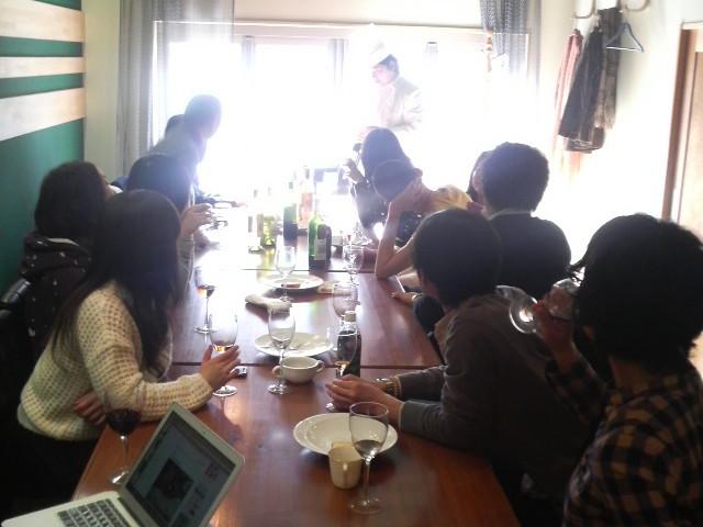 参加者15人でゆるーくワインしています。
