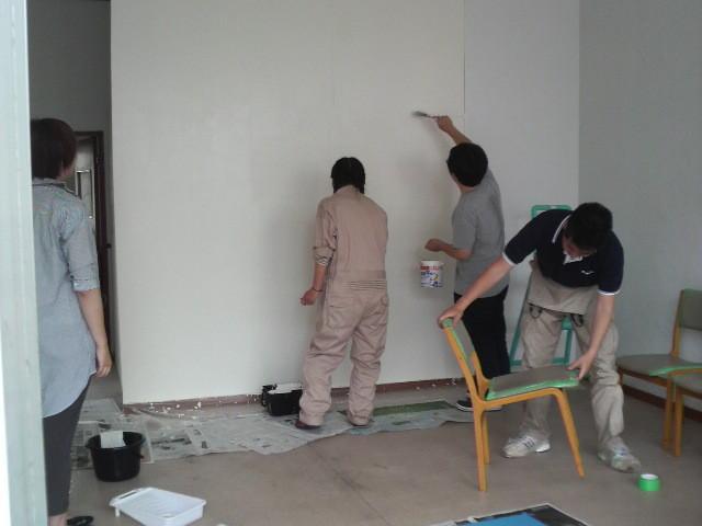 壁にペンキを塗っています