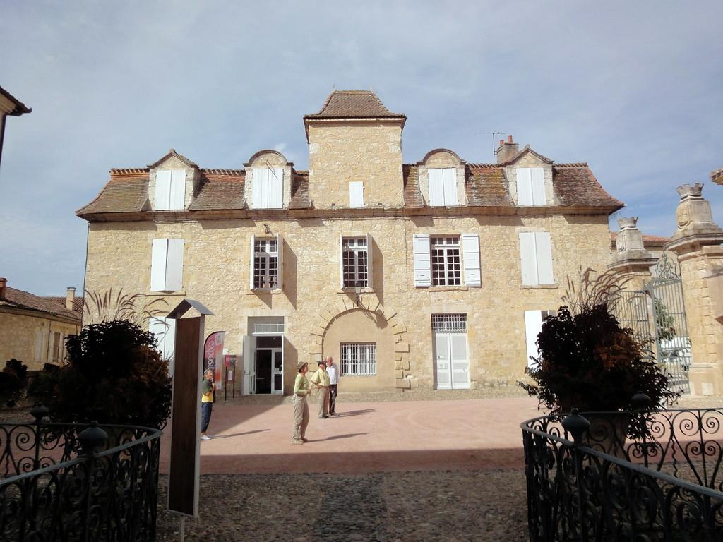 l'ancien palais épiscopal (qui abrite maintenant la mairie)