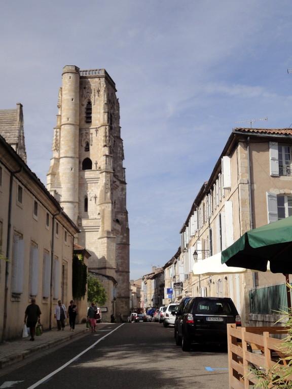 Rue nationale, la cathédrale et son clocher-tour 1488, 45 mètres