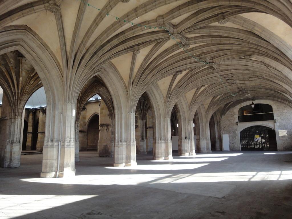 Le cloître aux voûtes gothiques