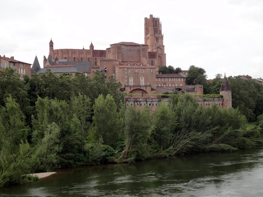 Cathédrale d'Albi posée sur un piton rocheux qui domine le Tarn