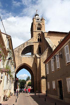 Une rue de Mirande, et l'église Sainte-Marie.(wikipédia)