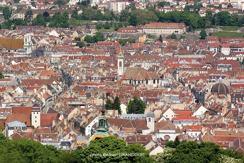 Le centre ville de Besançon, ses vieilles toitures et ses clochers