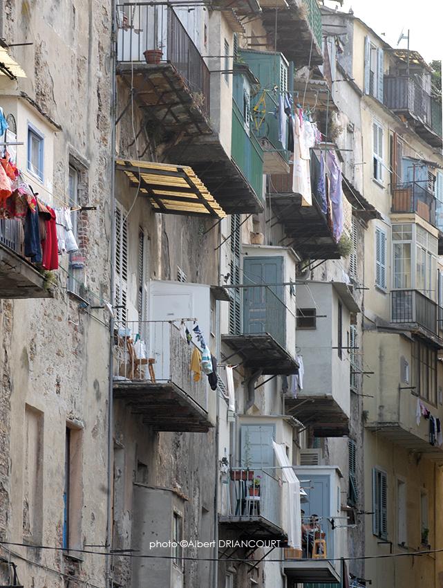 Même chose pour ce vieil immeuble de Bastia et ses toilettes aériennes.
