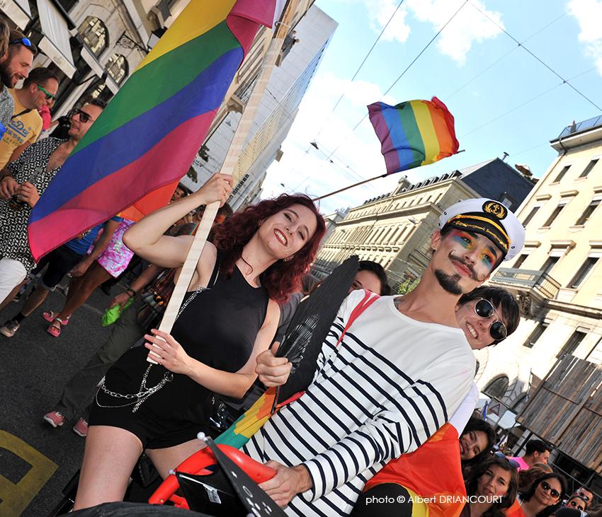 une composition comme je les aime, des drapeaux, de la couleur et des sourires, what else ?