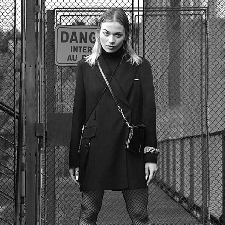 Attitude (portrait fait dans une manifestation, d'une jeune femme qui visiblement posait. détourage et montage dans un cadre plus valorisant)