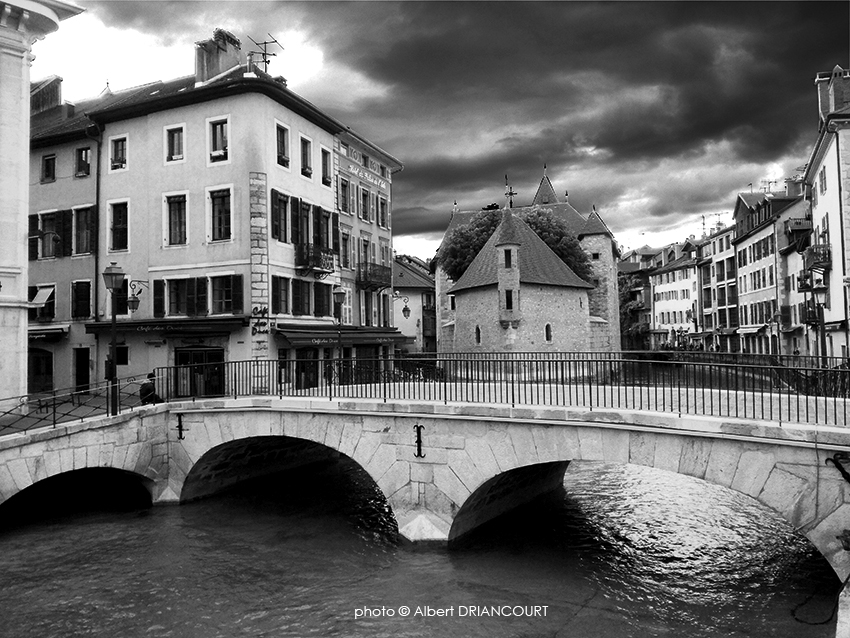 la vieille ville d'Annecy désertée pendant le confinement