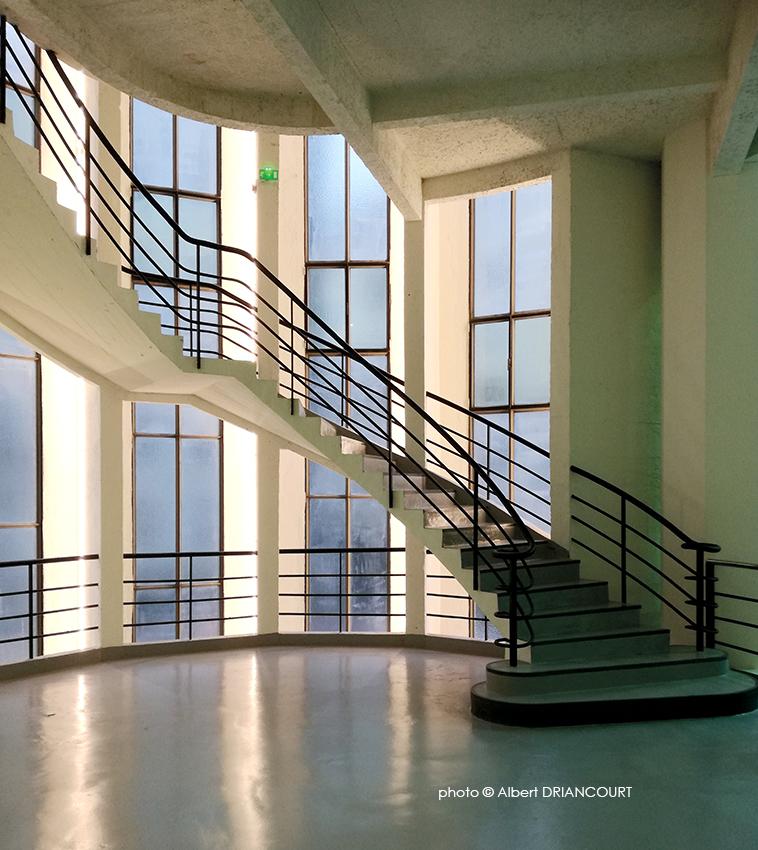 L'artiste ferronnier Jean Prouvé est l'auteur de la verrière, des rampes et balustrades, des portes en métal et des cabines d'ascenseur