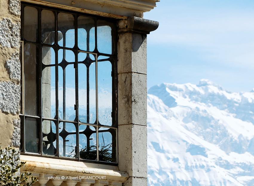 Détail architectural d'une ancienne maison près du Château d'Annecy que je voulais associer à la Tournette enneigée.