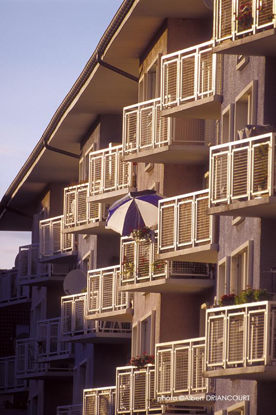 perspective écrasée et géométrie des balcons avec ce parasol qui vient habiller l'image