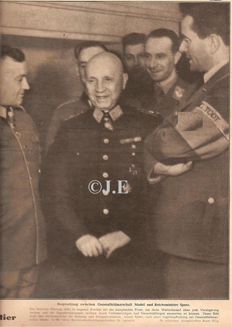 Reichsbahndirektionspräsident Dr. Lamertz mit dem Modell 1944