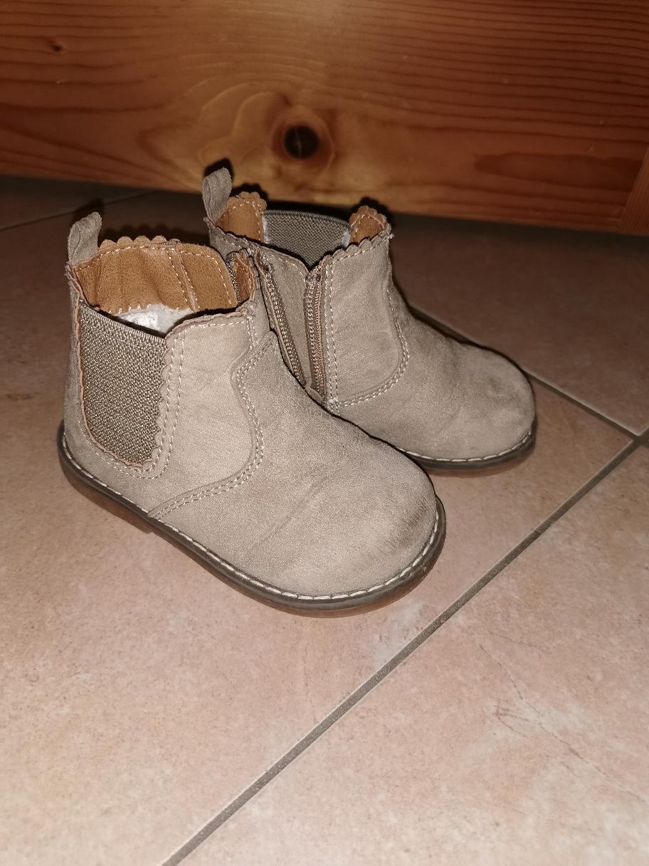 """Auch Schuhe aus """"H&m"""" werden getragen."""