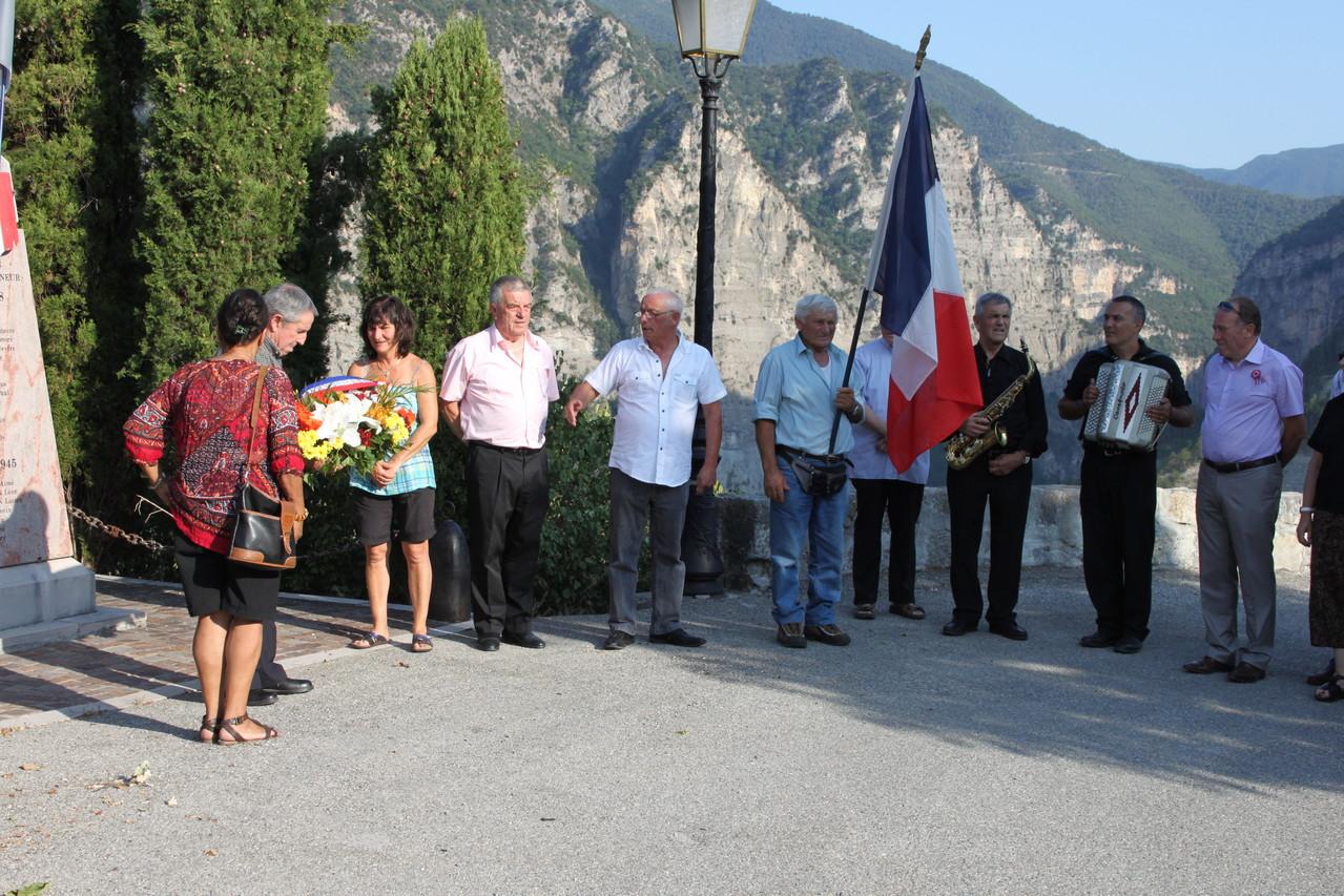 28 juillet 2012 dépôt d'une gerbe au monument aux morts.