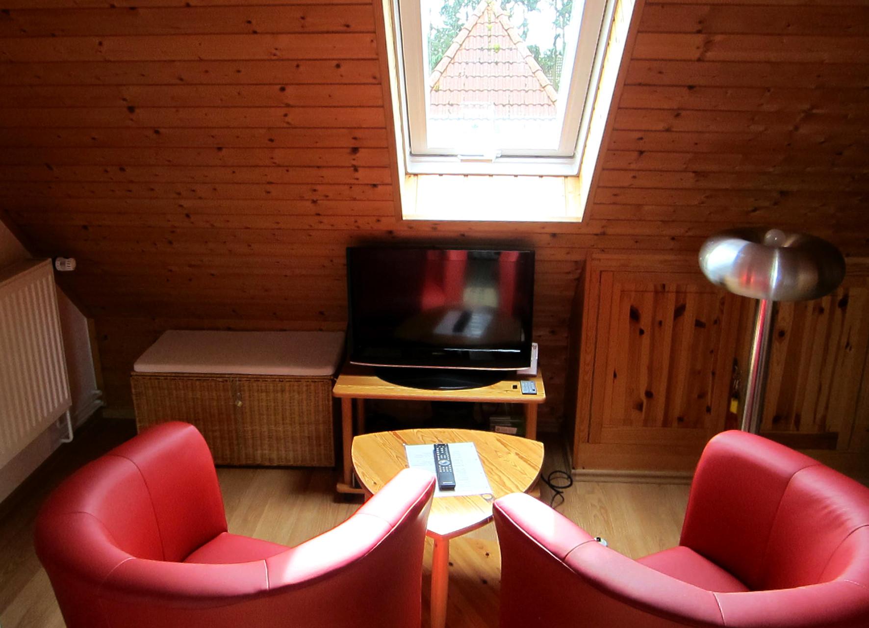 Sitzgruppe mit Tisch und TV
