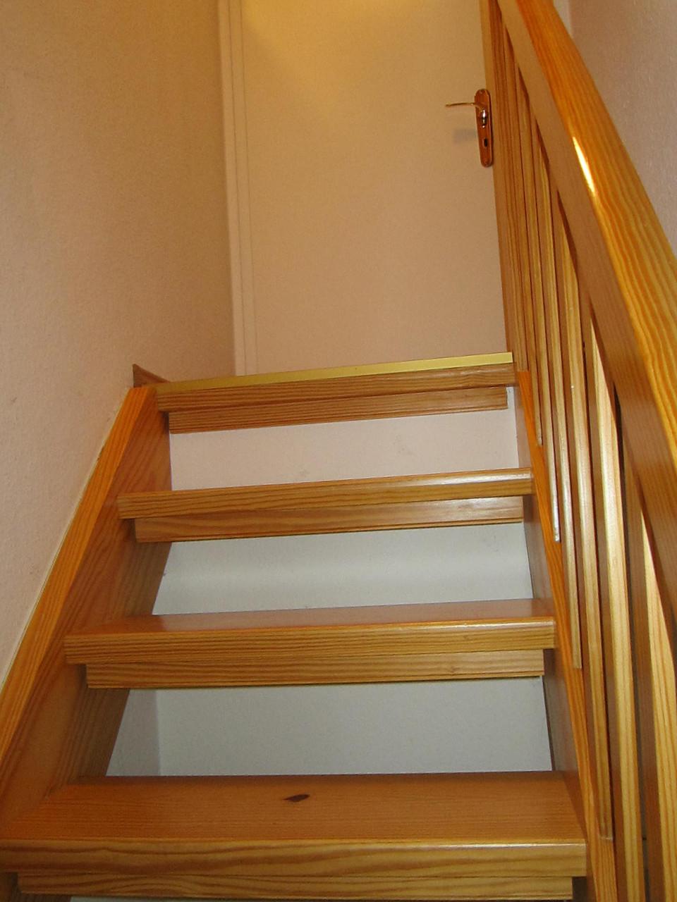 Holztreppe zum Dachzimmer