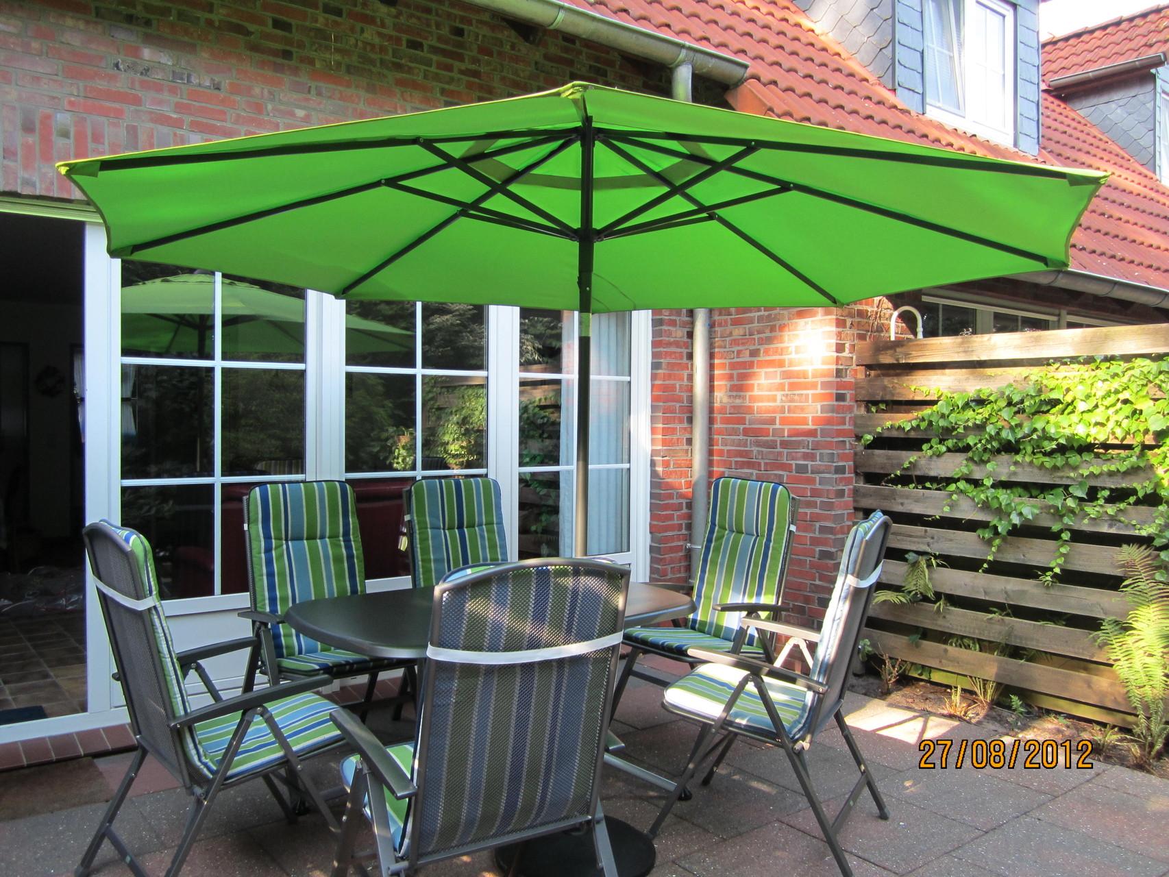Terrasse mit Gartenmöbel und Sonnenschirm