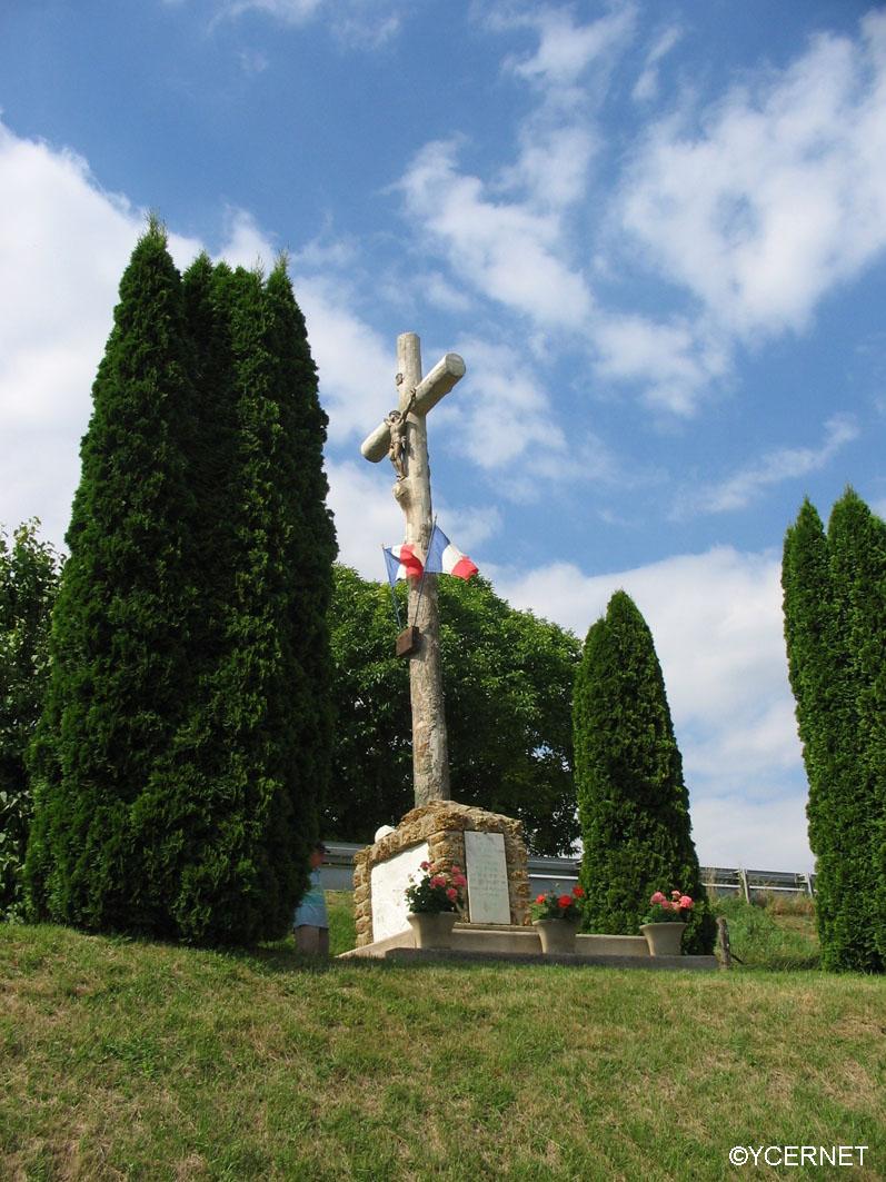 Rassemblement au pied du mémorial