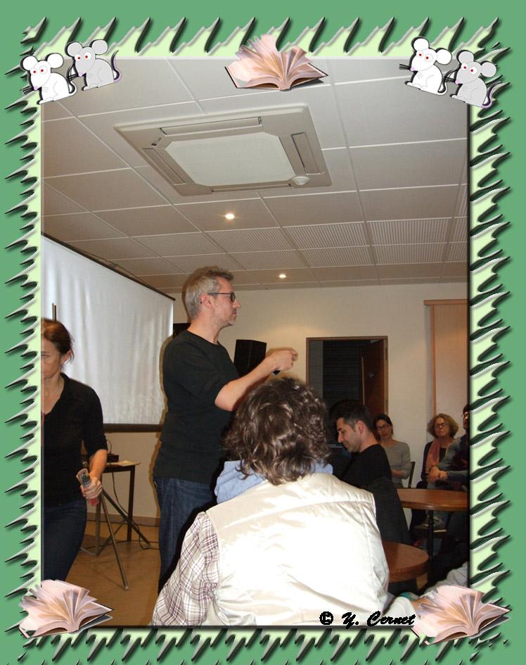 """Laurent Larivière, cinéaste, donne quelques explications avant la projection sur la réalisation de son court-métrage """"J'ai pris la foudre"""" réalisé en  2006"""
