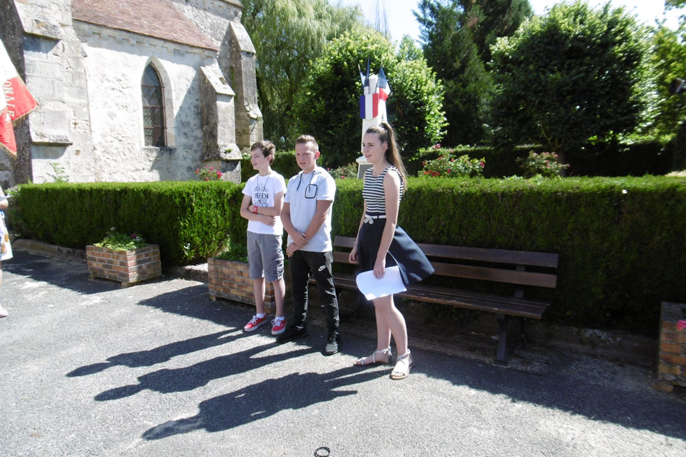 Trois ados de la commune clôturent la cérémonie en interprétant La Marseillaise.