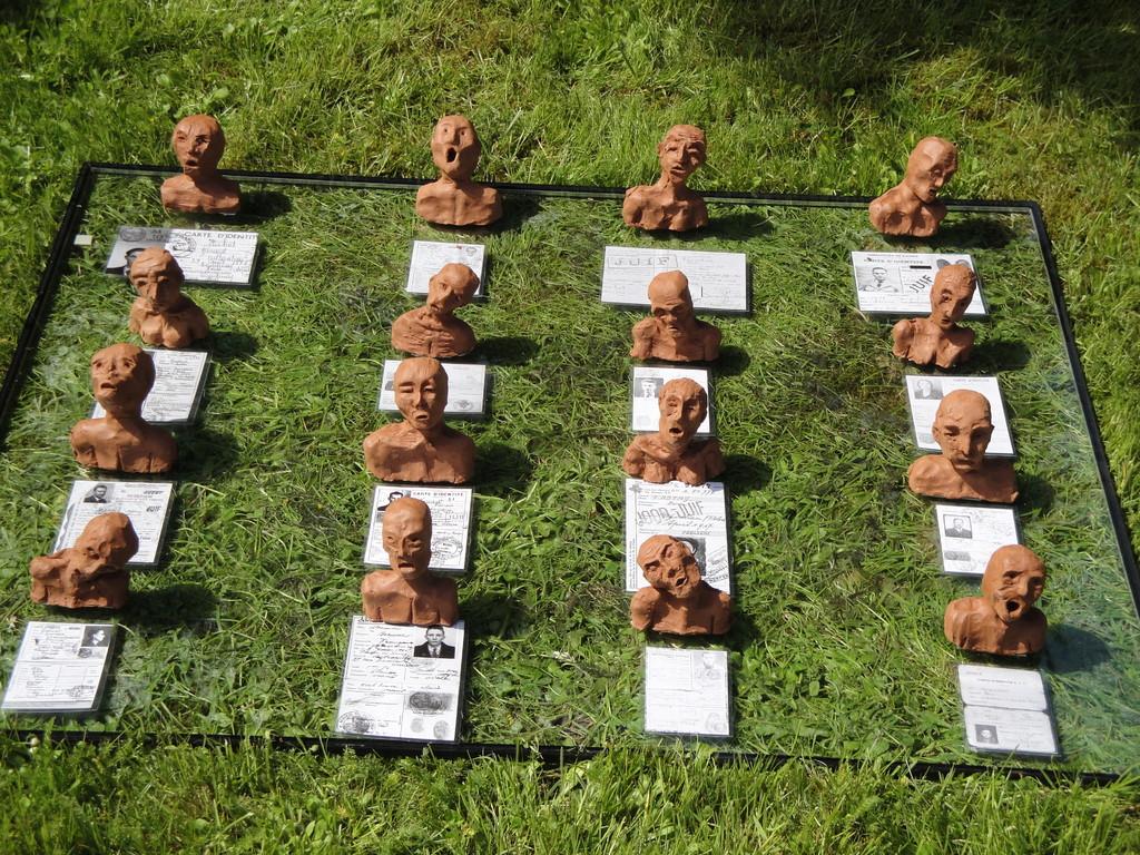 Journées mémoires Baulne en Brie 2009 : les victimes de la déportation (oeuvre des élèves de 3 ème du Collège de Condé en Brie)