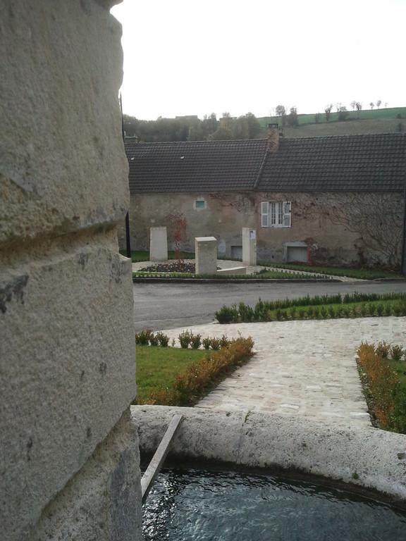 Mur de mémoire vivante de Baulne en Brie, vu de la fontaine (2011)
