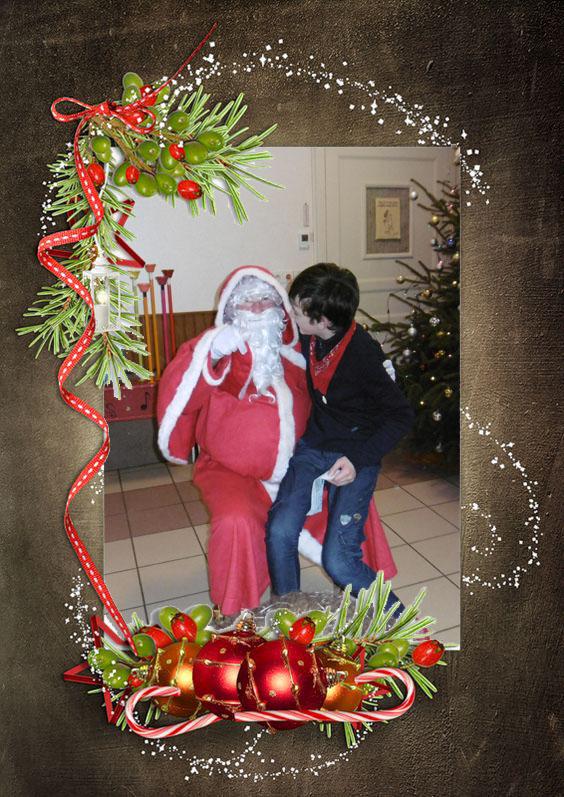 Le père Noël remet les cadeaux à chaque enfants.