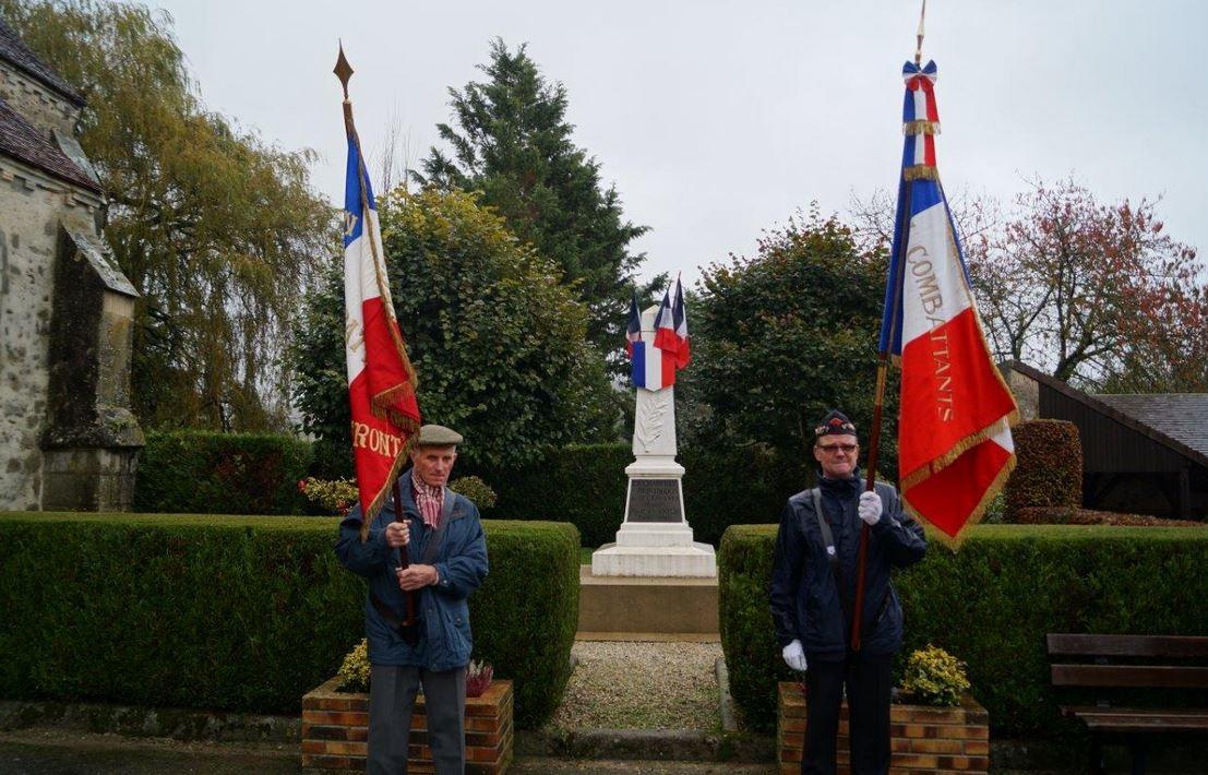 Porte-drapeaux : Robert Breton à gauche et Marcel Dartinet à droite.