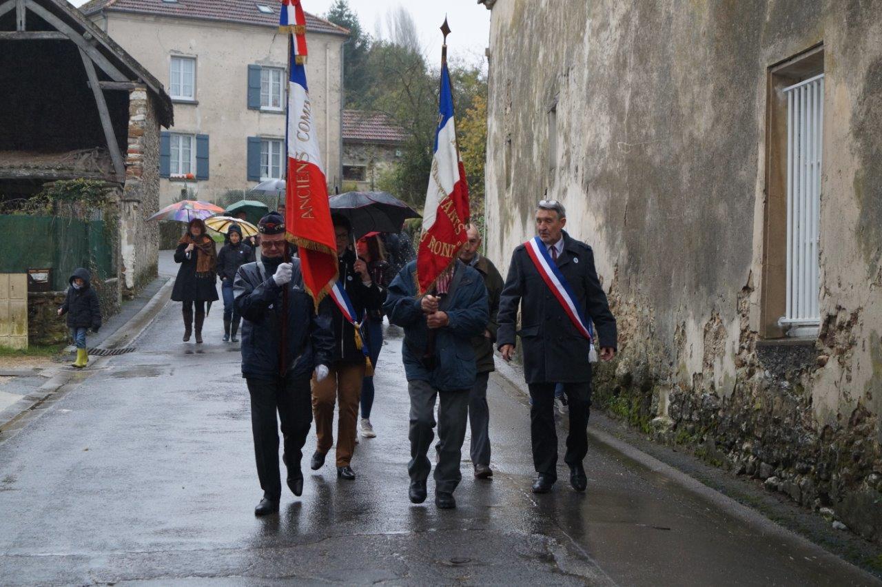 Le cortège parti de la mairie du village de La Chapelle-Monthodon se dirige vers le monument aux morts.