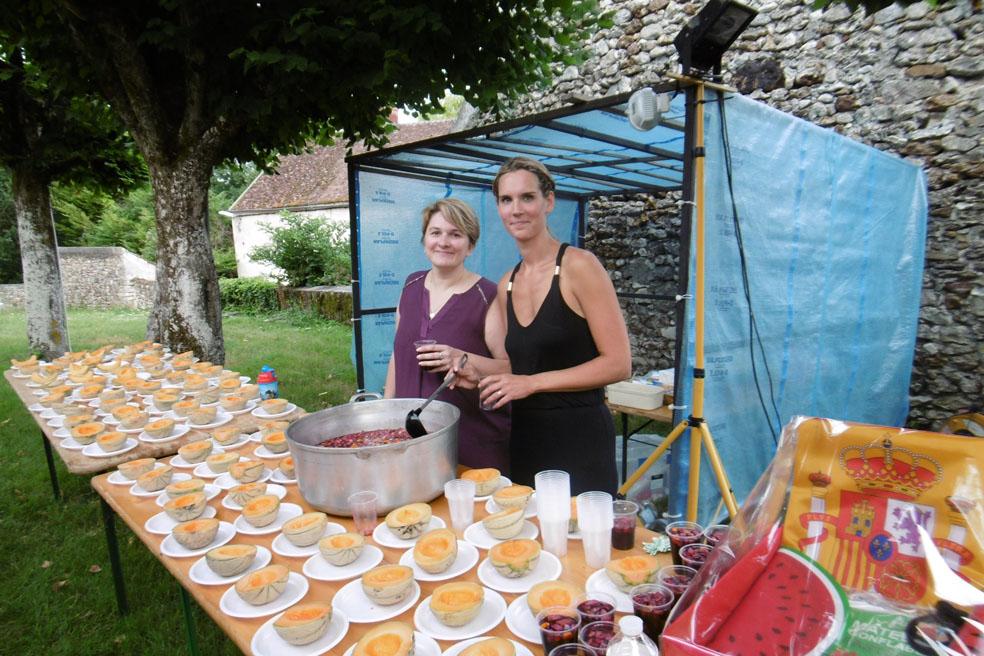 Le comité des fêtes  : Stéphanie Pattiny (Présidente) & Delphine Laurac (Secrétaire/trésorière) sont prêtes pour le service.
