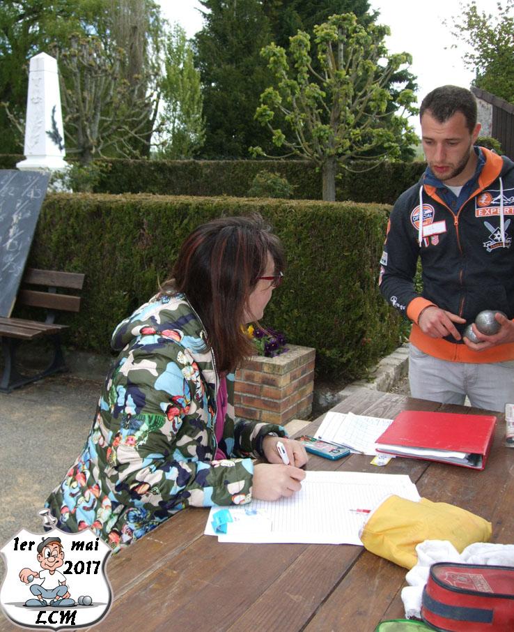 Clarisse Destouches s'occupe des inscriptions.