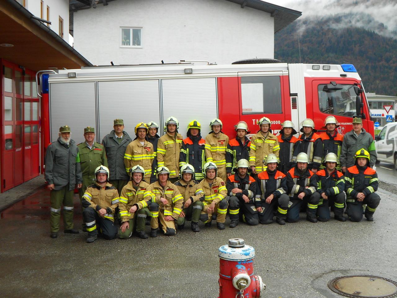Die Bewerbsgruppen der Feuerwehren Kössen u. Reit im Winkl mit dem Bewerterteam
